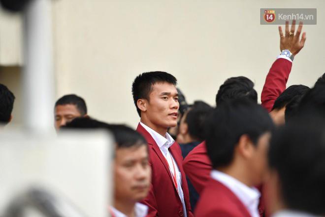 Ảnh: Các cầu thủ Olympic Việt Nam xuống sân Mỹ Đình tham dự lễ vinh danh trong sự reo hò của hàng ngàn người hâm mộ - Ảnh 8.