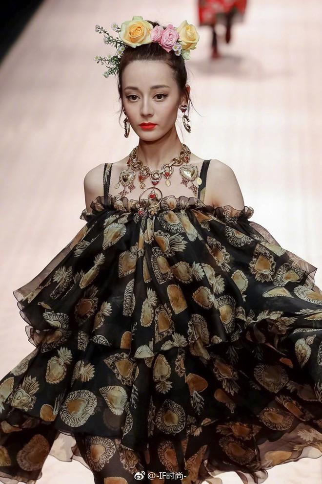 """4 nữ thần Địch Lệ Nhiệt Ba, Jessica Jung, Mai Davika, Ayaka Miyoshi catwalk """"làm náo loạn"""" sàn diễn của Dolce&Gabbana - Ảnh 7."""