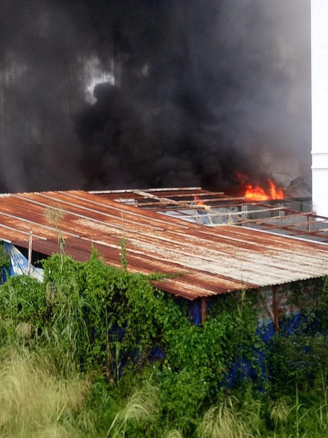 Cháy lớn ở quận 12, cột khói đen kịt bốc cao suốt một giờ đồng hồ khiến người dân hoảng hốt - Ảnh 8.
