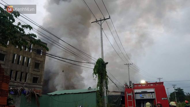 Cháy lớn ở quận 12, cột khói đen kịt bốc cao suốt một giờ đồng hồ khiến người dân hoảng hốt - Ảnh 3.