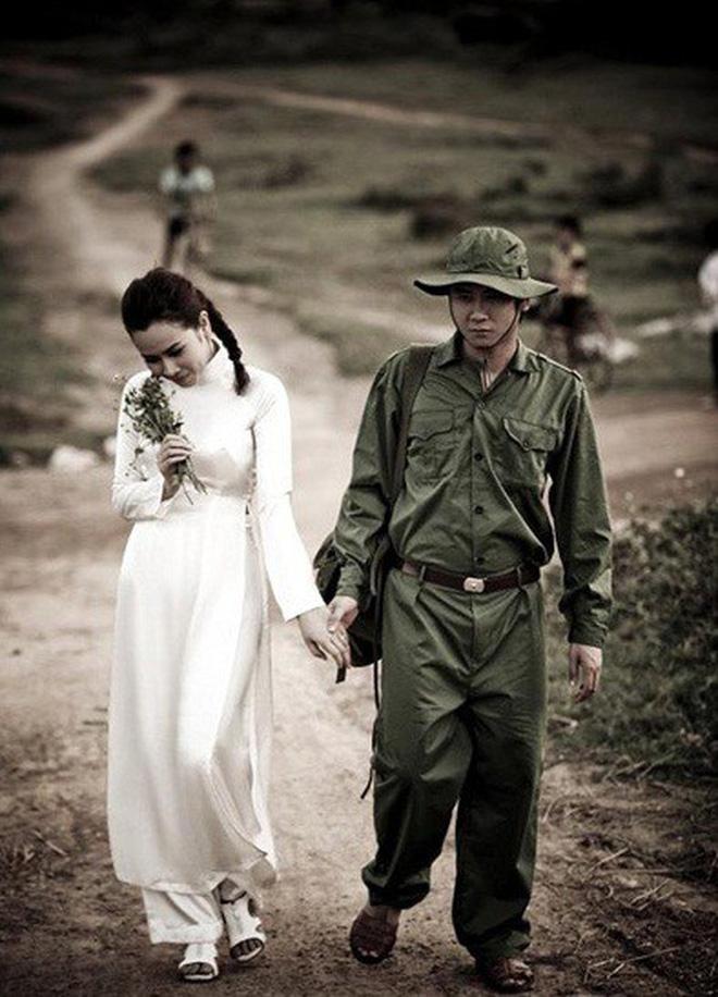 Muôn kiểu chụp ảnh cưới của sao Việt: Người đeo dép tổ ong, người hoá trang thành ông bà lão 80 tuổi - Ảnh 5.