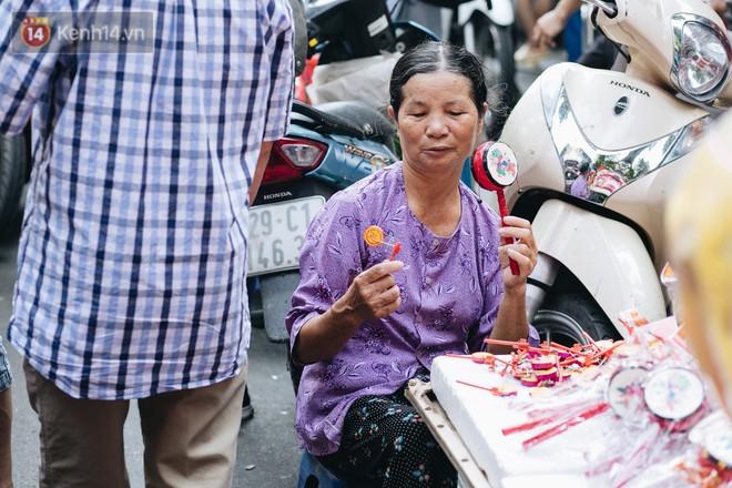 Ảnh: Một ngày trước rằm tháng 8, người dân đổ xô lên phố Hàng Mã vui chơi Trung thu 18