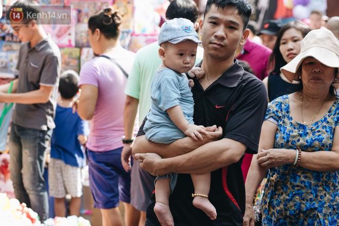 Ảnh: Một ngày trước rằm tháng 8, người dân đổ xô lên phố Hàng Mã vui chơi Trung thu 26