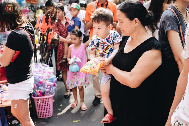 Ảnh: Một ngày trước rằm tháng 8, người dân đổ xô lên phố Hàng Mã vui chơi Trung thu 25