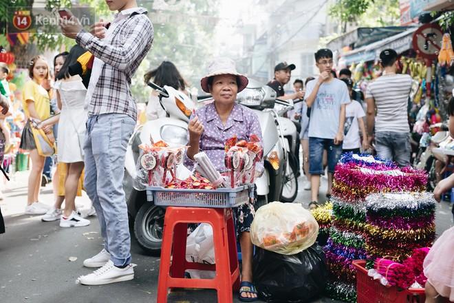 Ảnh: Một ngày trước rằm tháng 8, người dân đổ xô lên phố Hàng Mã vui chơi Trung thu 20