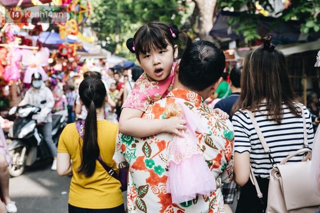 Ảnh: Một ngày trước rằm tháng 8, người dân đổ xô lên phố Hàng Mã vui chơi Trung thu 24