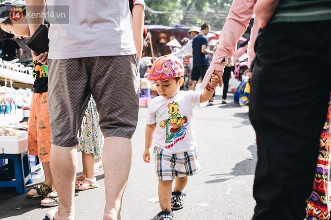 Ảnh: Một ngày trước rằm tháng 8, người dân đổ xô lên phố Hàng Mã vui chơi Trung thu 13