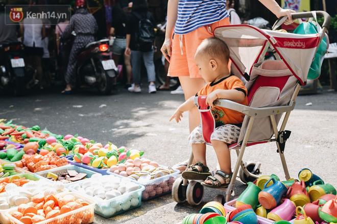 Ảnh: Một ngày trước rằm tháng 8, người dân đổ xô lên phố Hàng Mã vui chơi Trung thu 12