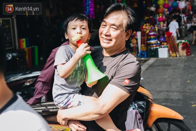 Ảnh: Một ngày trước rằm tháng 8, người dân đổ xô lên phố Hàng Mã vui chơi Trung thu 11