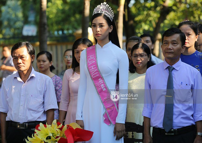 Hoa hậu Trần Tiểu Vy dịu dàng trong tà áo dài nữ sinh, về trường cũ tại Hội An dự lễ chào cờ - Ảnh 1.