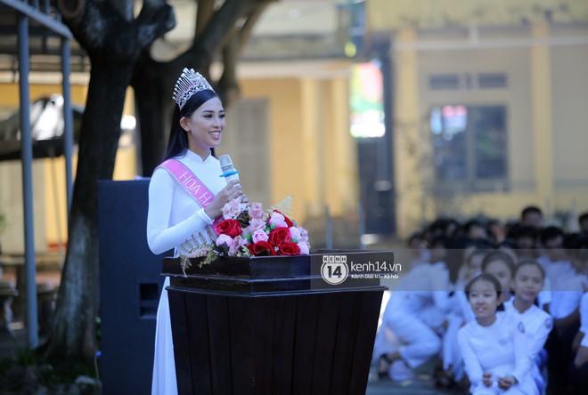 Hoa hậu Trần Tiểu Vy dịu dàng trong tà áo dài nữ sinh, về trường cũ tại Hội An dự lễ chào cờ - Ảnh 4.