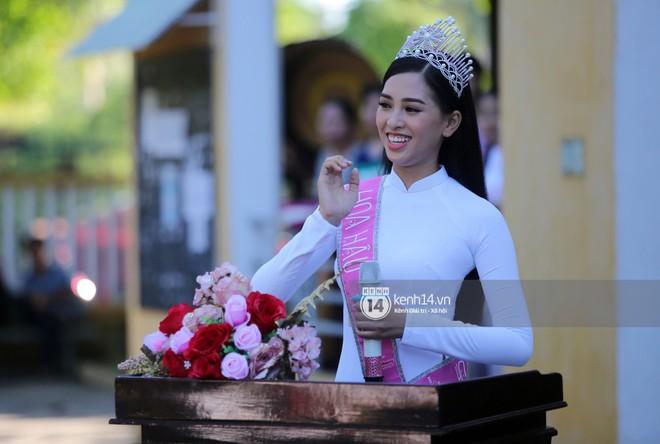 Hoa hậu Trần Tiểu Vy dịu dàng trong tà áo dài nữ sinh, về trường cũ tại Hội An dự lễ chào cờ - Ảnh 3.