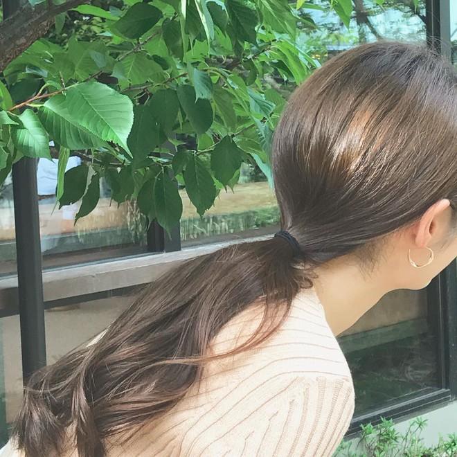 Ngày mưa nếu không muốn xõa tóc vướng víu thì đây là 4 kiểu đẹp nhất, dễ thực hiện nhất bạn có thể thử 12