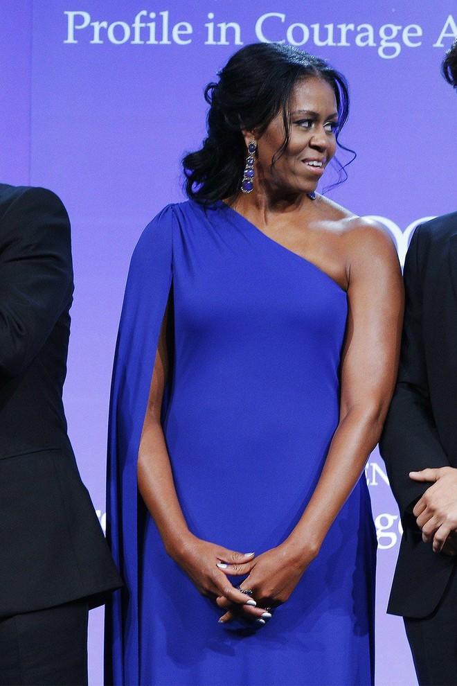 Phải đến khi bà Michelle Obama rời Nhà Trắng, chúng ta mới được ngắm nhiều khoảnh khắc bà diện đồ trẻ trung và phóng khoáng đến vậy 9