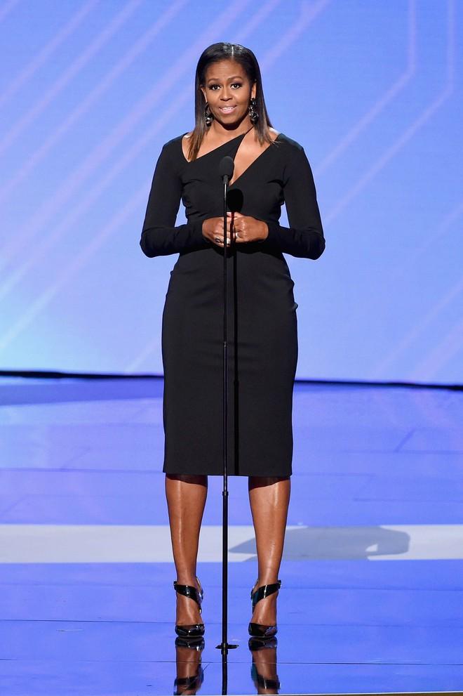 Phải đến khi bà Michelle Obama rời Nhà Trắng, chúng ta mới được ngắm nhiều khoảnh khắc bà diện đồ trẻ trung và phóng khoáng đến vậy 6