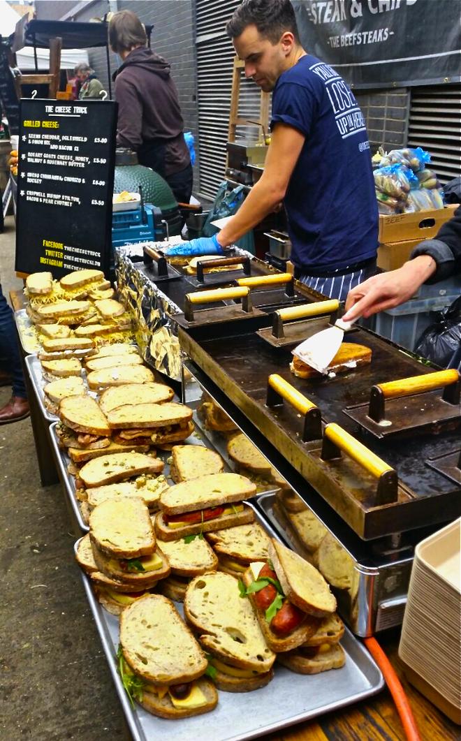 Trải nghiệm văn hóa ẩm thực đường phố London với tiệm bánh mì nướng phô mai lưu động 3