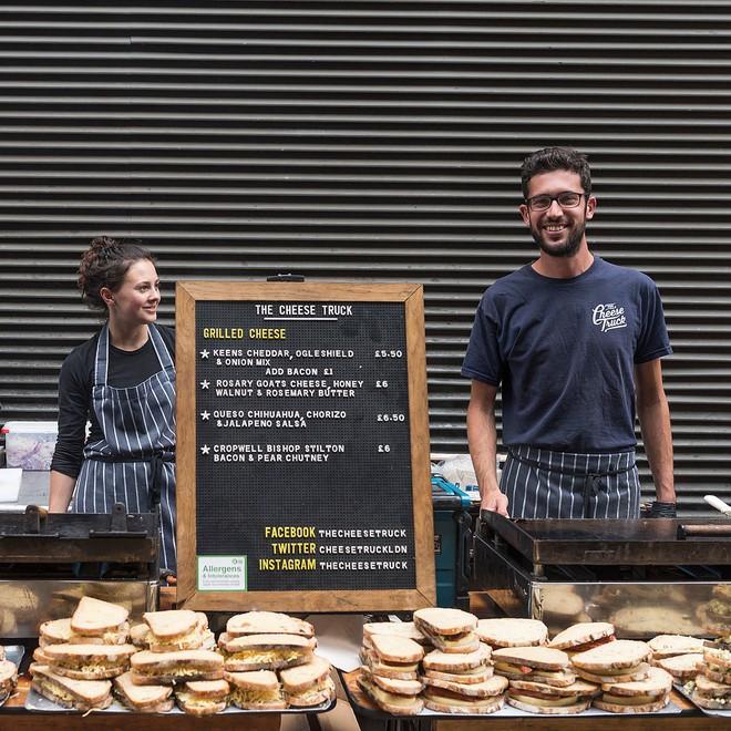 Trải nghiệm văn hóa ẩm thực đường phố London với tiệm bánh mì nướng phô mai lưu động 2