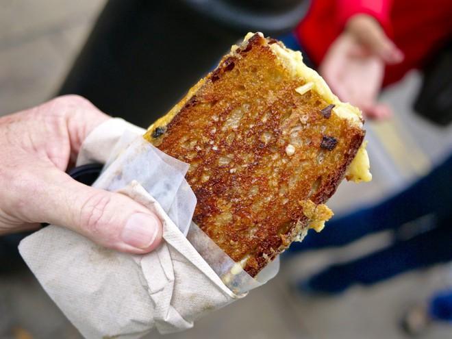 Trải nghiệm văn hóa ẩm thực đường phố London với tiệm bánh mì nướng phô mai lưu động 9