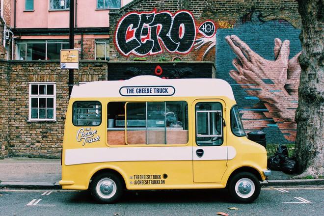 Trải nghiệm văn hóa ẩm thực đường phố London với tiệm bánh mì nướng phô mai lưu động 1