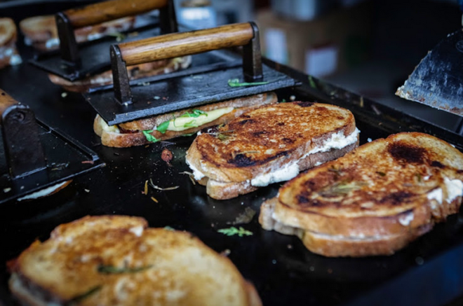 Trải nghiệm văn hóa ẩm thực đường phố London với tiệm bánh mì nướng phô mai lưu động 4