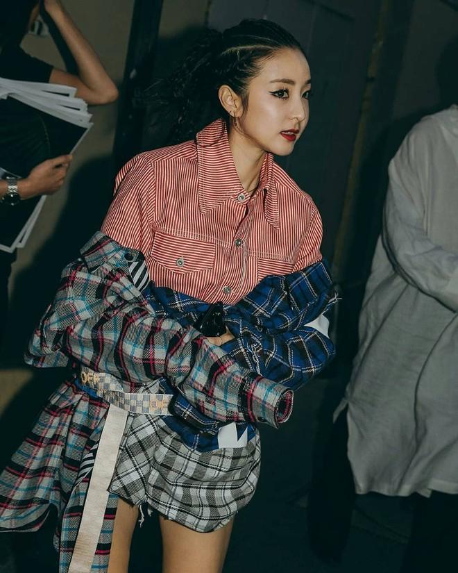 """Sandara Park dự liên tục 5 show: Khi thì kín bưng như """"mẹ mìn"""", lúc lại đọ sắc không khoan nhượng với Mai Davika 6"""