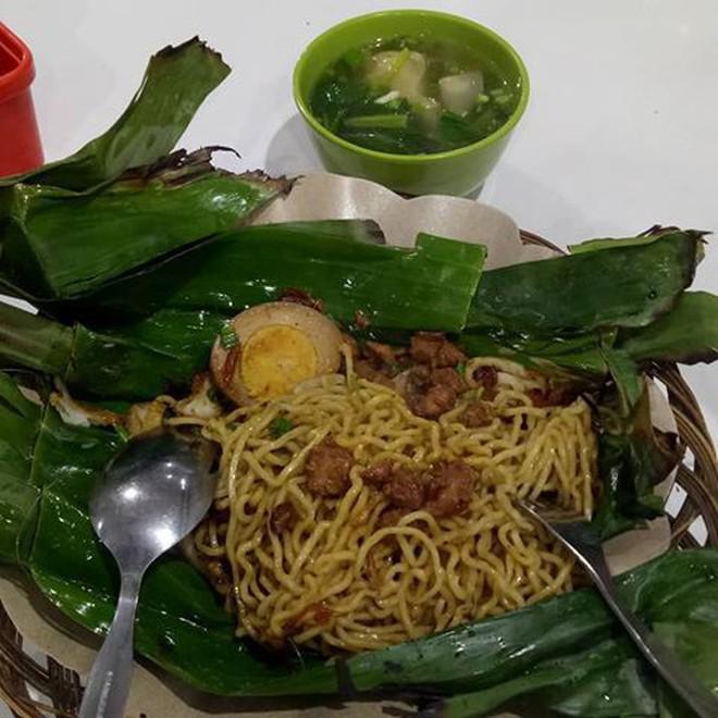 Ở Indonesia có một nhà hàng với kiểu thưởng mì độc đáo chưa từng thấy, ăn xong đảm bảo nhớ mãi 8