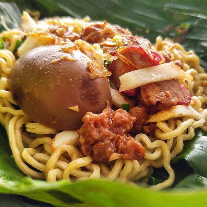 Ở Indonesia có một nhà hàng với kiểu thưởng mì độc đáo chưa từng thấy, ăn xong đảm bảo nhớ mãi 3