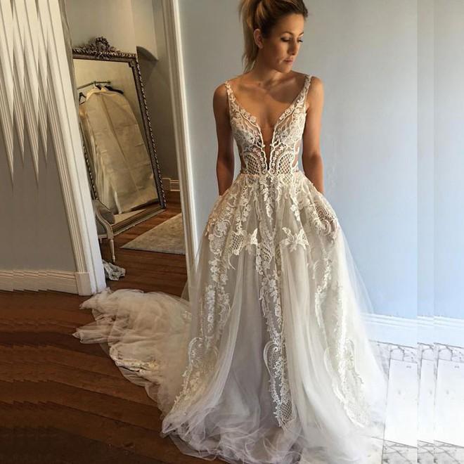 Chẳng phải váy công chúa đính đầy sương sa hột lựu, hóa ra chiếc váy cưới trong mơ của rất nhiều cô dâu chỉ cần có thứ này - Ảnh 3.