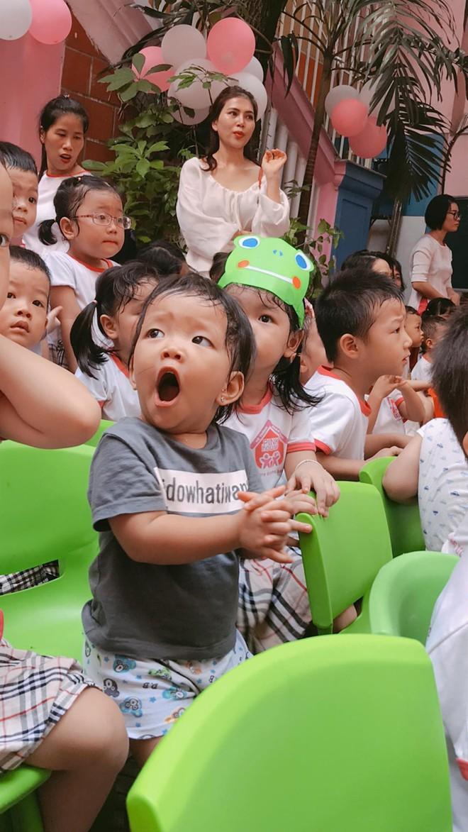 Chùm ảnh: Giọt nước mắt bỡ ngỡ và những biểu cảm khó đỡ của các em nhỏ trong ngày khai giảng - Ảnh 1.