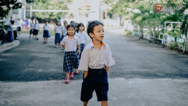 """Cậu bé xếp dép ở nhà thờ Đức Bà dự buổi lễ khai giảng đầu đời: """"Đạt sẽ được đi học miễn phí suốt 12 năm"""" - Ảnh 10."""