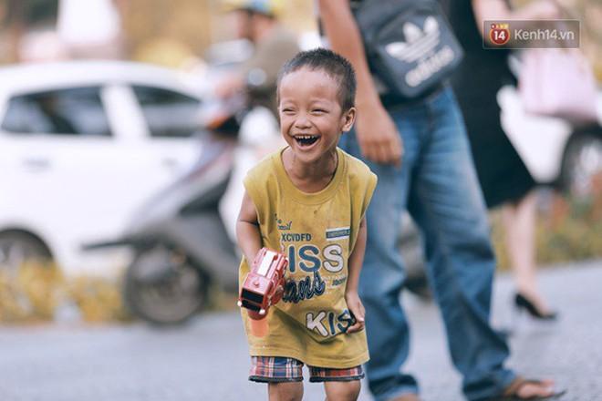 """Cậu bé xếp dép ở nhà thờ Đức Bà dự buổi lễ khai giảng đầu đời: """"Đạt sẽ được đi học miễn phí suốt 12 năm"""" - Ảnh 3."""