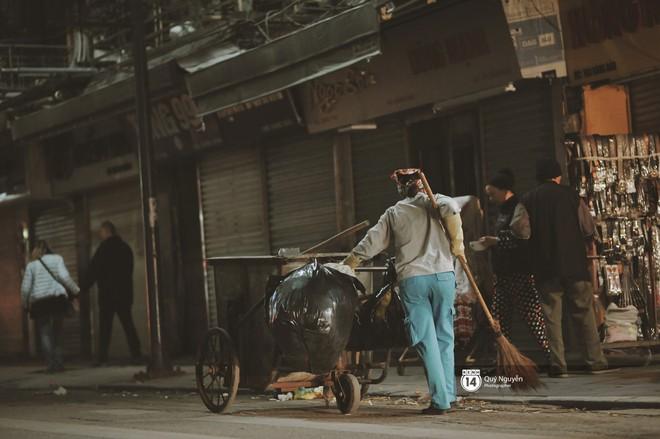 Chùm ảnh: Hà Nội giá rét 10 độ, một chiếc thùng carton hay manh áo mưa cũng khiến người lao động nghèo ấm hơn - Ảnh 22.