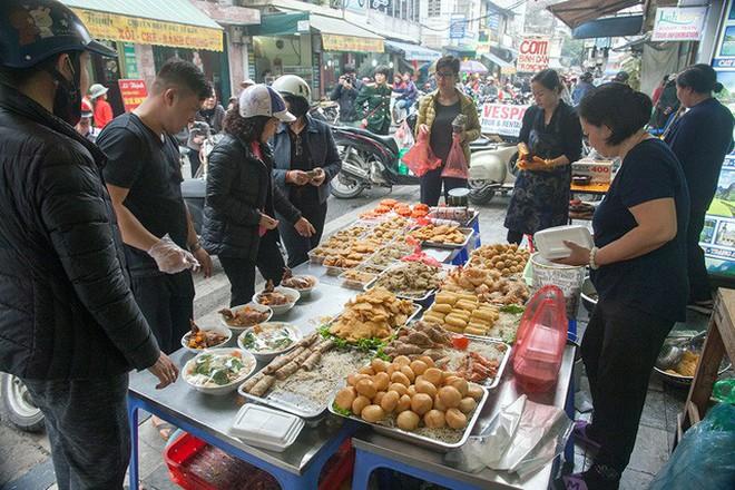 Những địa chỉ mua giò chả, bánh chưng từ thời ông bà ở Hà Nội mà Tết năm nào khách cũng xếp hàng ùn ùn - Ảnh 11.