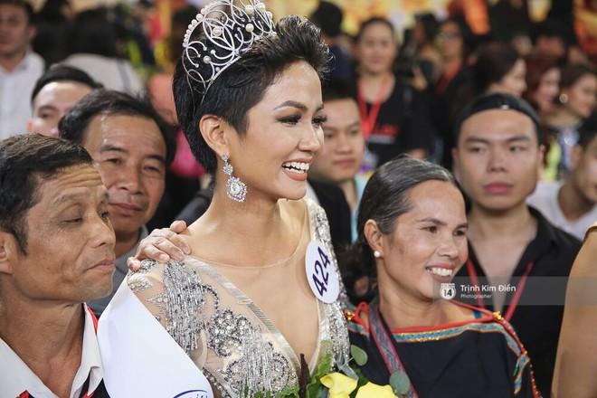 Tân Hoa hậu Hoàn vũ HHen Niê nói về tin đồn bố mẹ từng ép mình nghỉ học để lấy chồng! - Ảnh 1.