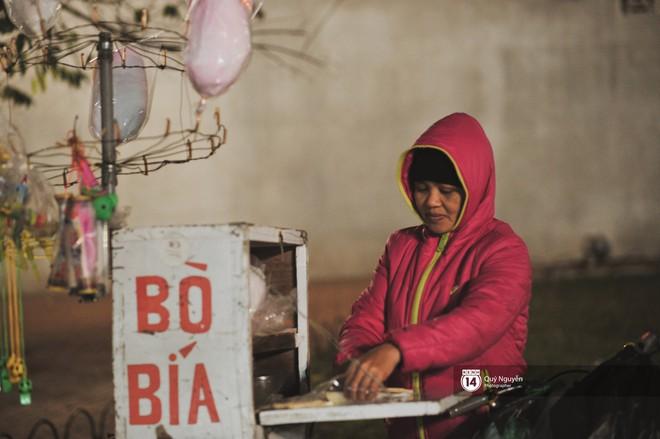 Chùm ảnh: Hà Nội giá rét 10 độ, một chiếc thùng carton hay manh áo mưa cũng khiến người lao động nghèo ấm hơn - Ảnh 19.