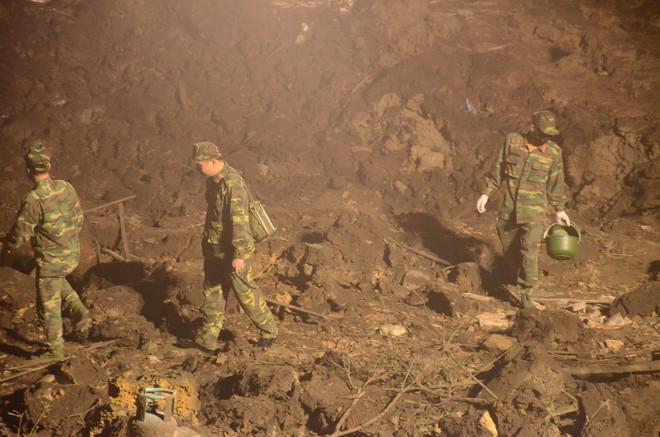 Hàng trăm chiến sỹ bộ đội công binh cầm đèn pin lật đống đổ nát thu gom đầu đạn rơi rớt sau vụ nổ kinh hoàng - Ảnh 2.