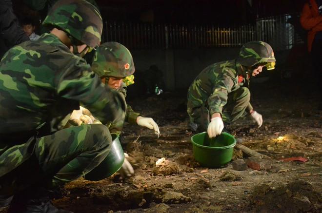 Hàng trăm chiến sỹ bộ đội công binh cầm đèn pin lật đống đổ nát thu gom đầu đạn rơi rớt sau vụ nổ kinh hoàng - Ảnh 3.
