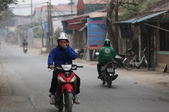 Con đường đau khổ ở Hà Nội bị cày nát, bụi vây kín nhà dân bởi hàng nghìn lượt xe siêu trọng tải mỗi ngày - Ảnh 9.