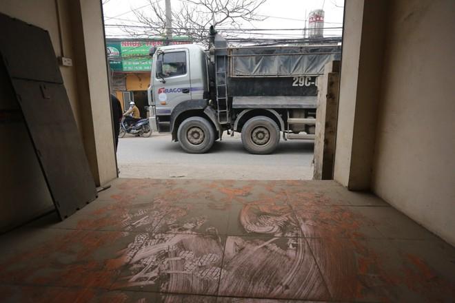 Con đường đau khổ ở Hà Nội bị cày nát, bụi vây kín nhà dân bởi hàng nghìn lượt xe siêu trọng tải mỗi ngày - Ảnh 12.