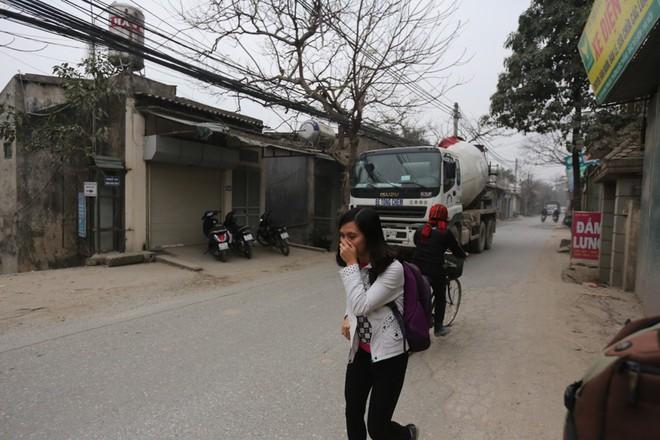 Con đường đau khổ ở Hà Nội bị cày nát, bụi vây kín nhà dân bởi hàng nghìn lượt xe siêu trọng tải mỗi ngày - Ảnh 8.
