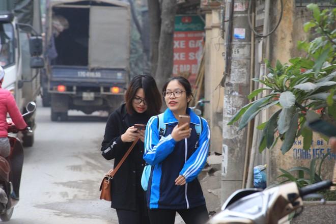 Con đường đau khổ ở Hà Nội bị cày nát, bụi vây kín nhà dân bởi hàng nghìn lượt xe siêu trọng tải mỗi ngày - Ảnh 7.