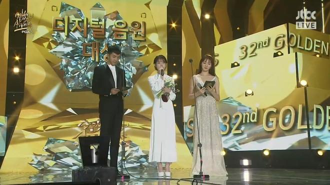 IU giành Daesang, BTS hóa thiên thần áo trắng tại Grammy Hàn Quốc - Ảnh 1.