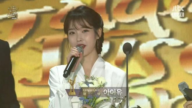 IU giành Daesang, BTS hóa thiên thần áo trắng tại Grammy Hàn Quốc - Ảnh 2.