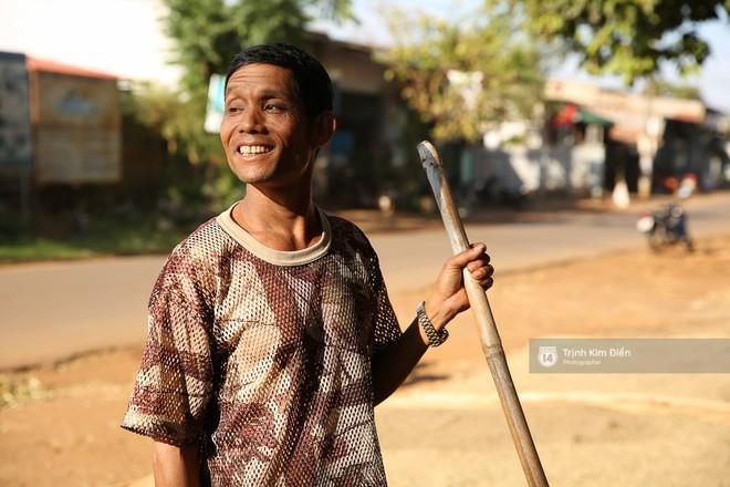 Bố HHen Niê vẫn tất bật với công việc làm ruộng, bốc vác dù con gái vừa đăng quang Hoa hậu Hoàn vũ - Ảnh 10.