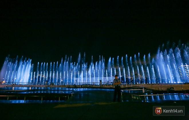 Clip: Đã mắt với show nhạc nước 3 triệu USD biểu diễn hằng đêm miễn phí trên sà lan ở Sài Gòn - Ảnh 3.