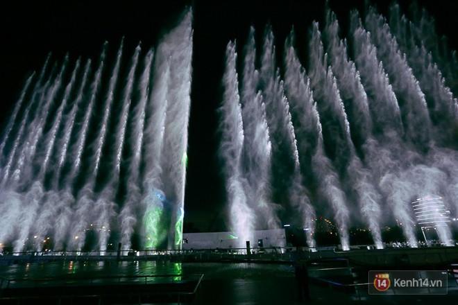 Clip: Đã mắt với show nhạc nước 3 triệu USD biểu diễn hằng đêm miễn phí trên sà lan ở Sài Gòn - Ảnh 14.