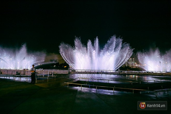 Clip: Đã mắt với show nhạc nước 3 triệu USD biểu diễn hằng đêm miễn phí trên sà lan ở Sài Gòn - Ảnh 7.