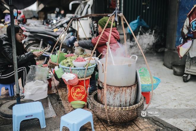 Chùm ảnh: Hà Nội giá rét 10 độ, một chiếc thùng carton hay manh áo mưa cũng khiến người lao động nghèo ấm hơn - Ảnh 10.