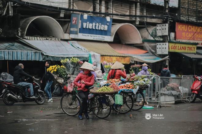 Chùm ảnh: Hà Nội giá rét 10 độ, một chiếc thùng carton hay manh áo mưa cũng khiến người lao động nghèo ấm hơn - Ảnh 4.