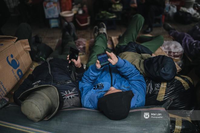 Chùm ảnh: Hà Nội giá rét 10 độ, một chiếc thùng carton hay manh áo mưa cũng khiến người lao động nghèo ấm hơn - Ảnh 15.